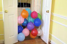 Nochmal, nochmal! Egal ob sie krabbeln oder schon laufen können: Durch die Ballons zu gehen finden Babys und Kleinkinder toll! Ideal für den ersten Geburtstag oder für den Kleinkind-Geburtstag. Organisierte Spiele sind mit Babys noch nicht möglich, aber Ballons sind für die Kleinen immer ein Riesenspaß und diese Aktivität ist im Handumdrehen vorbereitet! Material: …