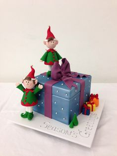 Present box and elf christmas cake by handi's cakes Christmas Present Cake, Christmas Themed Cake, Christmas Cake Designs, Christmas Cake Topper, Edible Christmas Gifts, Christmas Cake Decorations, Christmas Cupcakes, Holiday Cakes, Christmas Goodies