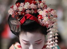 The maiko (apprentice geisha) Umesaya. Photo by Iniwa. Geisha Japan, Japanese Geisha, Japanese Beauty, Japanese Kimono, Japanese Art, Asian Beauty, Geisha Hair, Kimono Japan, Memoirs Of A Geisha