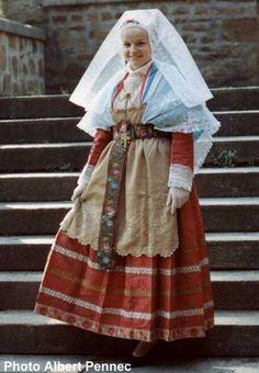Mariée du Léon -les mariées portaient des costumes de couleurs pour le jour de leurs noces, violet, puis rouge et noir enfin à la fin du 19éme siècle et au début du 20éme.
