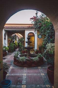 spanish colonial style homes Mexican Style Homes, Hacienda Style Homes, Colonial Style Homes, Spanish Style Homes, Spanish House, Spanish Colonial, Spanish Courtyard, Front Courtyard, Spanish Home Decor