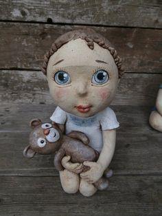 Johanka se svým oblíbeným medvídkem Ooak Dolls, Art Dolls, Collectible Figurines, Paper Mache, Kite, Crow, Little Girls, Angeles, Workshop