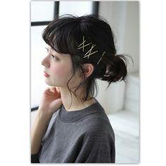 ゆるく巻いた髪を一つに結んだもの。ゴムを隠したあと、ゴールドのヘアピンでアクセントをつけているのがポイントです。アスタリスクや三角など好きな形をつくるのもおもしろいですよ。