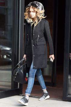 Hadid gardé les choses casual, chic, entre-deux spectacles NYFW, arborant un manteau de fourrure à capuchon Aube Levy, skinnies en denim et des coups de pied élégant.