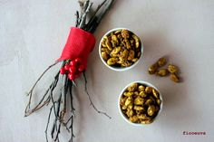 Spicy Almonds, Curry, Snack, Christmas Ornaments, Holiday Decor, Curries, Christmas Jewelry, Christmas Decorations, Christmas Wedding Decorations