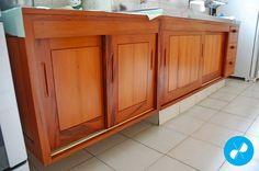 Gabinete de cozinha feito sob medida com portas de correr e gaveteiro.  Visite nosso site: http://vrmarcenaria.com.br/  Ou entre em contato para orçamento: (11) 3845-5210 contato@vrmarcenaria.com.br