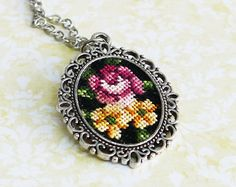 Tessa Randi - Handmade jewelry with re-used vintage petit point cross stitch fabrics. Beautiful brown, red and green flowers petit point pendant necklace. Round vintage style pendant 3,5cm, necklace included 60cm (23).  See my other petit point earstuds, earrings, brooches, necklaces, rings and more! Every piece is unique and easy to wear and combine with your outfit. https://www.etsy.com/nl/shop/TessaRandi  Vintage - The petit point cross stitch fabrics are original and hand made in the 40s…