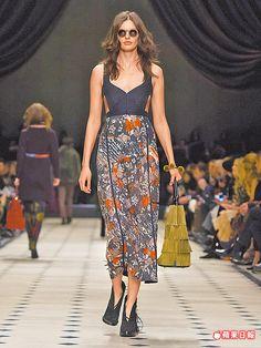 洋裝的裙面綴滿波希米亞風格花朵圖案,別有不羈性感氣息。