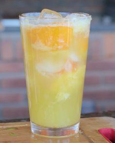 Caipirinha de laranja com cerveja   SEXTOU! Marca um amigo pra beber com você hoje.  #bebidaliberada #caipirinha #caipidrinks #caipirinhas #drink #drinks #bartender #coquetel