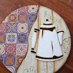 Painel redondo decorativo para parede, pode ser para cozinha como espaço gourmet ou local para café. Feito em madeira MDF, pintado e decoupagem de papel imitando azulejo português, com apliques de xicaras e bule em mdf pintados a mão. O valor a ser pago é: o valor do produto mais o valor do frete. Wooden Cutouts, Serving Tray Wood, Tea Box, Painting On Wood, Handicraft, Surfboard, Wood Crafts, Stencils, Artwork