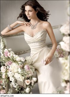 The sweetheart neckline options so many possibilities for picking out statement bridal jewelry!    www.alichristinebridal.com   #bridaljewelry #statement #wedding