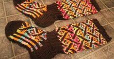 Facebookin villasukkaryhmän on vallannut uusi villitys: Villitys-kirjoneulesukat. Ensin sukkia esiintyi yhdet, sitten toiset ja sitt... Knitting Socks, Knit Socks, Mittens, Fashion, Colorful Socks, Knitting Loom Socks, Knitting Loom Socks, Fingerless Mitts, Moda