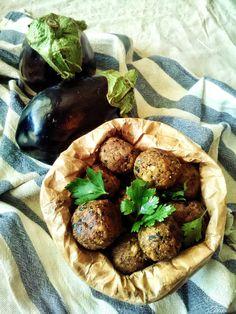 Le polpettine di orzo e melanzane sono una ricetta gustosa e leggera, senza uova e senza friggere. Un secondo leggero o uno sfizioso finger food