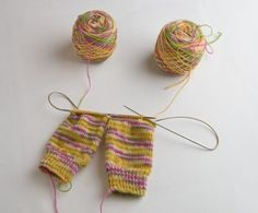 knit and tonic: Knitting Two Socks at a Time: Getting Started – Knitting Socks Crochet Socks, Knit Or Crochet, Knitting Socks, Knitting Stitches, Hand Knitting, Knitting Patterns, Crochet Patterns, Knit Socks, Magic Loop Knitting