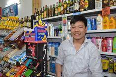 """(Barcelone - 20/05/12) Jeet Pun """"from Nepal"""" tient une épicerie. Sans papier, il est dans une situation délicate car il n'y a pas de consulat népalais en Espagne. Il craint à tout moment d'être arrêté. Après avoir vécu en Pologne quelques années, il est venu s'installer à Barcelone il y a 6 mois. Prochaine destination encore inconnue. (Marion Aquilina)"""