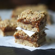 Raw Date Squares (Vegan, Paleo) - - A raw dessert featuring a rich walnut crust and naturally sweetened date filling. Paleo Dessert, Köstliche Desserts, Healthy Desserts, Delicious Desserts, Dessert Recipes, Drink Recipes, Paleo Vegan, Roh Vegan, Raw Vegan Recipes