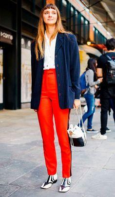 Street Style. Calça vermelha, camisa brnca, blazer oversized azul marinho e bota.
