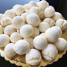 Harika bir kurabiye tarifi😍 Ellerinize emeğinize sağlık😋👏🏻👏🏻 💙👇💙👇💙👇 @hulya.turan_ @hulya.turan_ @hulya.turan_ . Nişastalı Çatlak Kurabiye Beklenen tarifimi beğenilerinize sunuyorum🤗 125 gr tereyağı veya margarin(oda sıcaklığında) 2 yumurta 1,5 çay bardağı pudra şekeri 400 gr mısır nişastası 1 paket vanilya 1 paket kabartma tozu Nişasta hariç bütün malzemeleri karıştırın azar azar nişastayı ilave edip yoğurun Küçük parçalar koparıp yağlı kağıt serdiğiniz tepsiye dizin Önceden… Meringue Pavlova, No Bake Cake, Catering, Food And Drink, Tasty, Sweets, Bread, Breakfast, Desserts