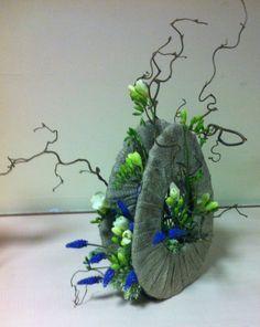 Cours de Mars : sur une idée de Geert PATTYN Contemporary Flower Arrangements, Beautiful Flower Arrangements, Deco Floral, Arte Floral, Floral Design, Flower Crafts, Flower Art, Ikebana Arrangements, Corporate Flowers
