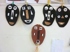 Les masques africains:carton ondulé+ peinture+ papiers pour le nez la bouche et les yeux