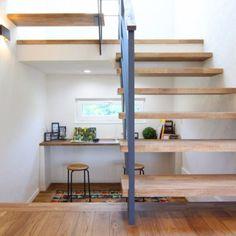 人気のシースルー階段。階段下はカーペットや畳を敷いてのんびりしたり、子どもさんの勉強するスペースにもなりますね♪ #大共ホーム #daikyohome #岩手 #盛岡 #滝沢 #家 #住宅 #家づくり #マイホーム #ハウス #新築 #輸入住宅 #北欧 #デザイン #オリジナル #インテリア #オーダーメイド #自由設計 #ナチュラル #シンプル #自然素材 #無垢 #漆喰 #階段 #階段下 #おしゃれ #間取り Exterior Design, Interior And Exterior, Workspace Inspiration, Home Reno, Small Living, Interior Architecture, Small Spaces, House Design, Room