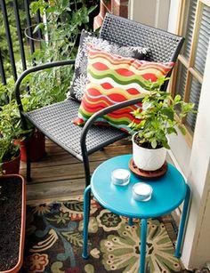 Mesmo com pouco espaço é possível criar um cantinho charmoso e aconchegante para um café, leitura, relaxamento e contemplação da vista. Inspirem-se!
