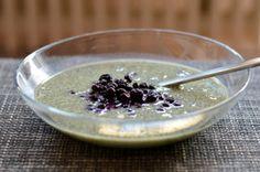 Avilias Frühstück könnte glatt aus einem Vegankochbuch stammen: Matcha Chiapudding mit aufgetauten Heidelbeeren