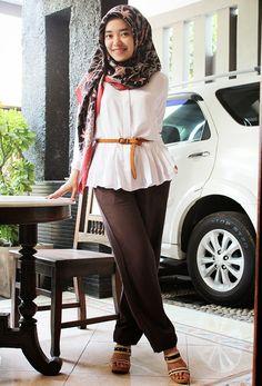 Kenya White Top and Lea Brown (puput utami) Modest Clothing, Modest Outfits, Easy Hijab Style, Fashion Makeover, Muslim Hijab, Hijab Styles, Muslim Girls, Future Fashion, Colorful Fashion