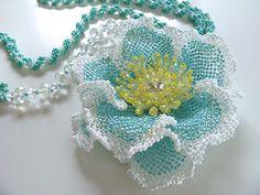 エメラルドグリーンの山茶花とネックレスのセット