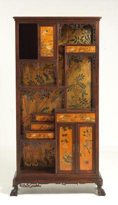 Mueble librería S. XIX-XX, con decoración de inspiración oriental, pintada a mano y con marquetería, representando figuras, pájaros y animales sobre fonde de paisaje.