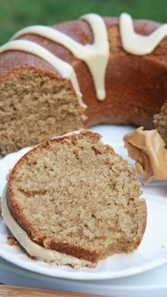 Easy Frosted Peanut Butter Cake Recipe Easy Peanut Butter Cake w/ Whipped Peanut Butter Frosting Peanut Butter Bundt Cake Recipe, Peanut Butter Frosting Easy, Whipped Peanut Butter, Peanut Butter Recipes, Peanut Butter Boppers Recipe, Butter Icing, Butter Pie, Mini Desserts, Just Desserts