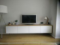 Zwevende tv kast in Scandinavische stijl. Wit hoogglans met massief eiken. #selfmade