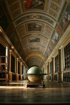 Library at the Chateau de Fontainebleau, France. The Chateau de Fontainebleau is one of the largest French royal chateaux, located 55 kilometres from the centre of Paris. Photo Chateau, Architecture Classique, Beautiful Library, France 3, Kaiser, Library Books, Library Shelves, City Library, Local Library