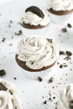 Oreo cupcakes are such a crowd pleaser. Everyone loves these cupcakes that taste just like an Oreo! Oreo Cupcakes, Cupcake Cookies, Gourmet Cupcakes, Strawberry Cupcakes, Easter Cupcakes, Velvet Cupcakes, Flower Cupcakes, Christmas Cupcakes, Vanilla Cupcakes