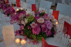 Couronne de fleurs au pied des chandeliers