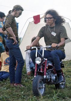Almost half a million people descended on the site of Woodstock—a dairy farm. And the sartorial choices of the festival goers were, ahem, interesting. 1969 Woodstock, Woodstock Festival, Woodstock Hippies, Woodstock Music, Woodstock Fashion, Jefferson Airplane, Grace Slick, Big Brother, We Wear