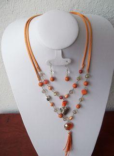 Collar doble naranja con plateado, montado en gamuza..