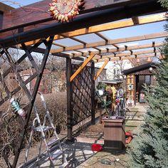 Eine Terrassenüberdachung mit einer Wellbahn aus Polyester ist günstig. Mit etwas handwerklichem Geschick & dem nötigen Werkzeug können Heimwerker die Überdachung selber bauen. Pergola, Outdoor Structures, Garden Ideas, Gardening, Build House, Porch Roof, Outdoor Pergola, Lawn And Garden, Backyard Ideas