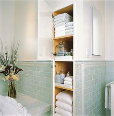 O banheiro, por estar um pouco mais escondido dos olhos das visitas, pode ser deixado um pouquinho de lado, principalmente no quesito organização. Então, s