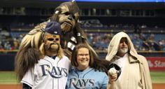Chewbacca Mom Canta himno nacional de EEUU en partido de Baseball