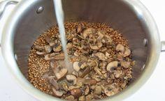 AJDOVA KAŠA Z JURČKI: 150 g ajdove kaše, 500 g jurčkov, 1 manjša čebula, 1 strok česna, 2 žlici masla, smetana, sesekljan peteršilj, sol in poper, timijan. V slani vodi skuhamo ajdovo kašo. Na maslu popražimo sesekljano čebulo, dodamo zdrobljen česen in narezane jurčke. Pražimo 2 min in dodamo timijan, sol, poper. Pražimo, da postanejo jurčki mehki. Ob koncu dodamo še peteršilj, smetano in kuhano ajdovo kašo. Dobro premešamo in stresemo v namaščen pekač ter pečemo na 180ºC cca 20 min.
