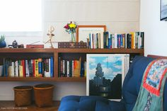 Home office tem marcenaria sob medida para abrigar a coleção de livros e objetos do casal.
