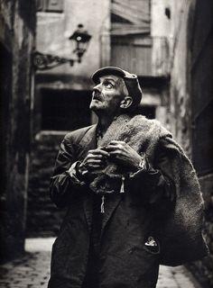 Eugeni Forcano :: El hombre del saco [The Sack Man], Calle de las Moscas, Barcelona, 1962