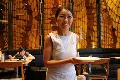 バンコクのホテルWのレストランで働く女性。