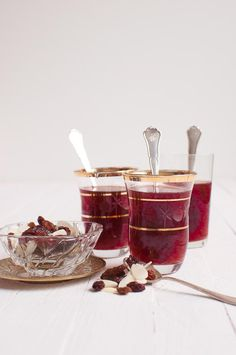 Enjoying in a hot cup of mulled wine during the holiday season is always a good idea. If you love to visit Christmas markets, you know how delicious this Plum Wine, Burgundy Wine, Homemade Mulled Wine, Holiday Cocktails, Sugar Free, Beverages, Yummy Food, Ethnic Recipes, Drink