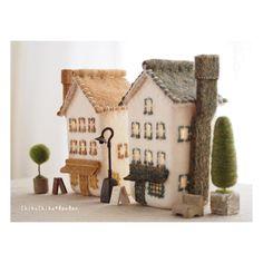 街の家ランプ * 今年は街灯を作りました。 街灯だけど明かりは点きません(^^;; お家には明かりが点きますよ。 * * * #handmade #felt #craft #ハンドメイド #羊毛フェルト #手作り #手仕事#家 #home #羊毛建築 #トピアリー #街灯 #オーブン陶土 #ランプ #lamp #chikuchikubanban #家ランプ