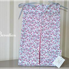 En voilà une belle idée pour ranger les couches ! Ce joli sac parsemé de fleurs trouvera facilement sa place accroché à un lit bébé ou posé sur une table à langer.