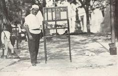 Vendedor de doces e salgados pelas ruas do Rio - 1919.