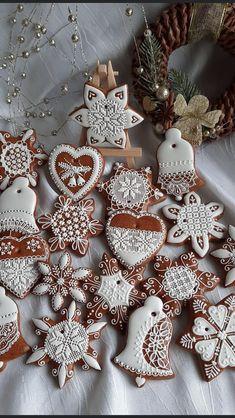 Christmas Kitchen, Christmas Baking, Christmas Time, German Christmas Cookies, Christmas Gingerbread House, Christmas Gift Decorations, Christmas Treats, Best Royal Icing Recipe, Food Flatlay