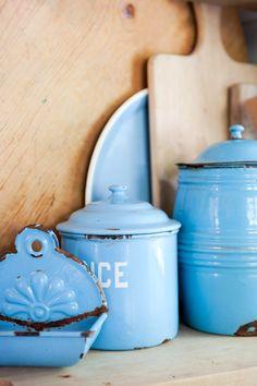 Vintage Blue Kitchen B r o c მ n t e . Love Vintage, Vintage Tins, Vintage Kitchen, Vintage Decor, French Vintage, Love Blue, Blue And White, Color Blue, Vintage Enamelware